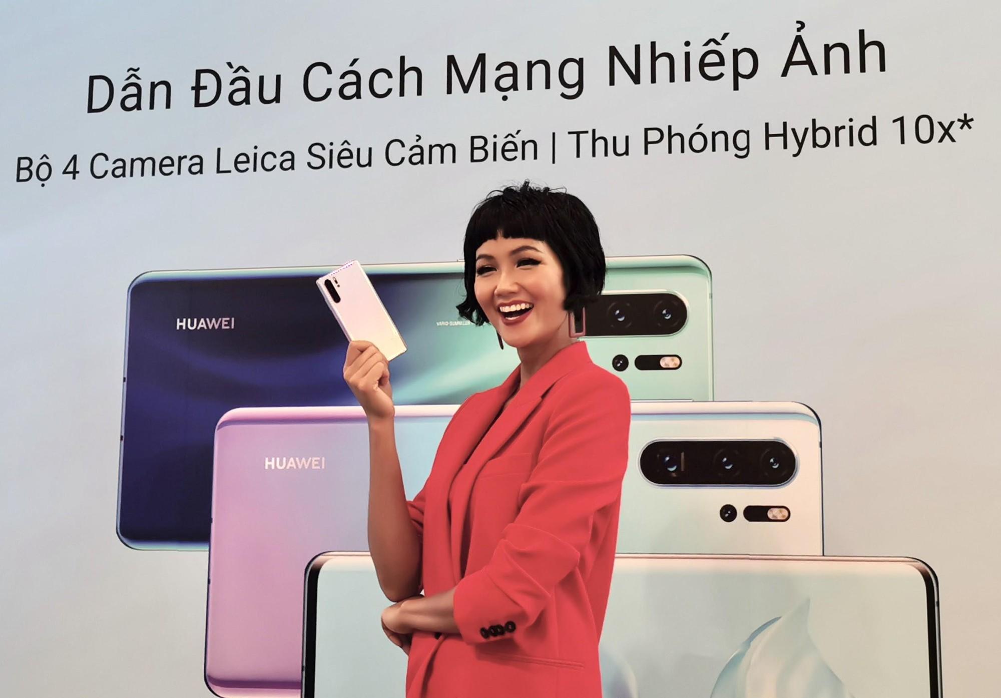 """Cùng """"Zoom 50x"""" Hoa hậu HHen Niê tại lễ mở bán P30 Series - Ảnh 4."""