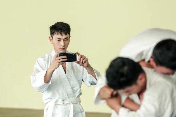 """Isaac cật lực tập võ Judo cho vai diễn mới bên cạnh """"người bạn"""" Realme 3 - Ảnh 8."""