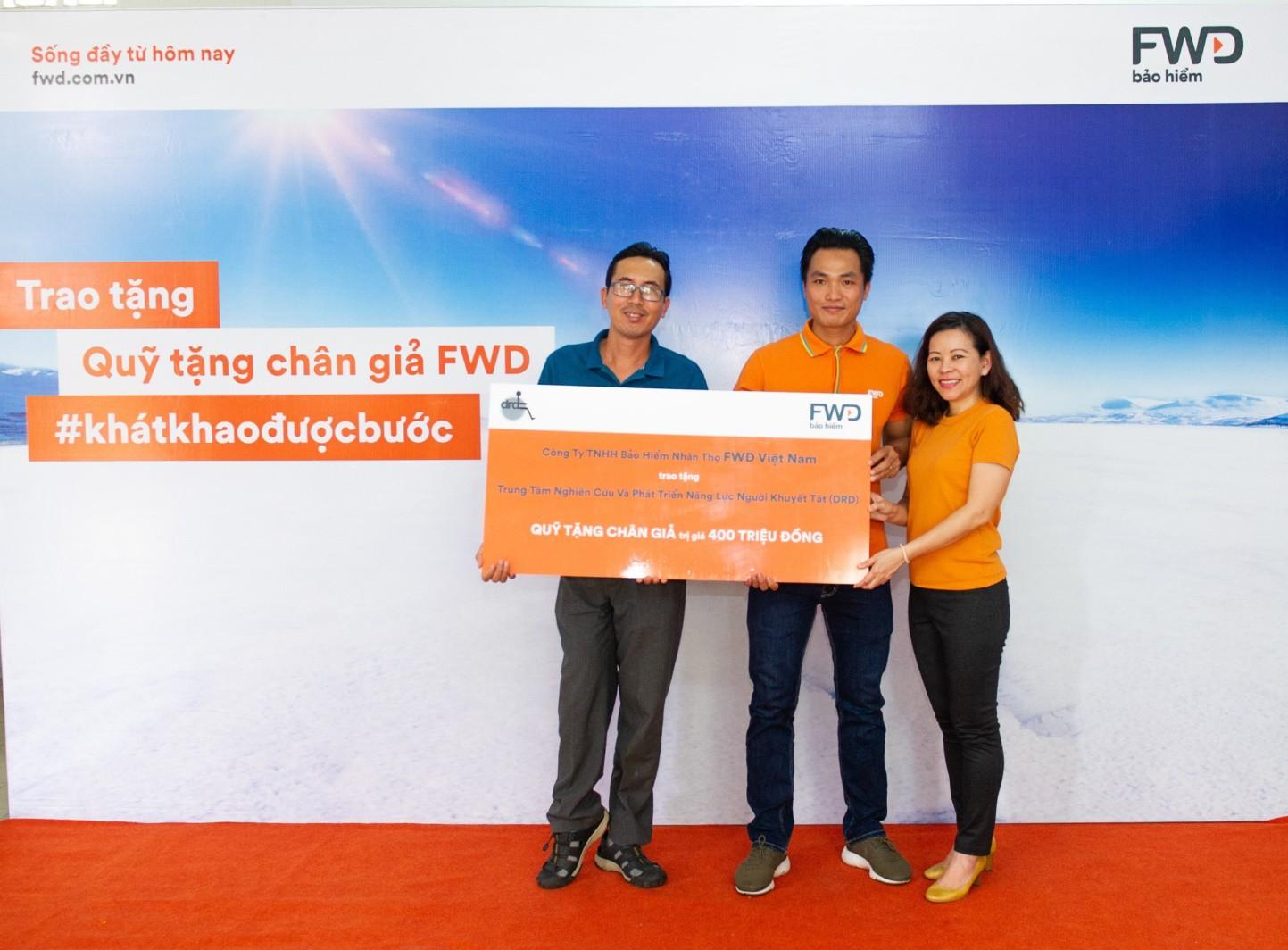 """Bảo hiểm FWD trao Quỹ tặng chân giả """"tiếp bước cho những đôi chân khát khao được bước"""" - Ảnh 1."""