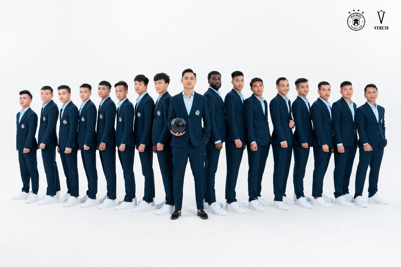 """Đâu chỉ tài năng trên sân cỏ, Quang Hải và đồng đội còn bảnh như """"nam thần"""" trong bộ veston Veneto lịch lãm - Ảnh 2."""