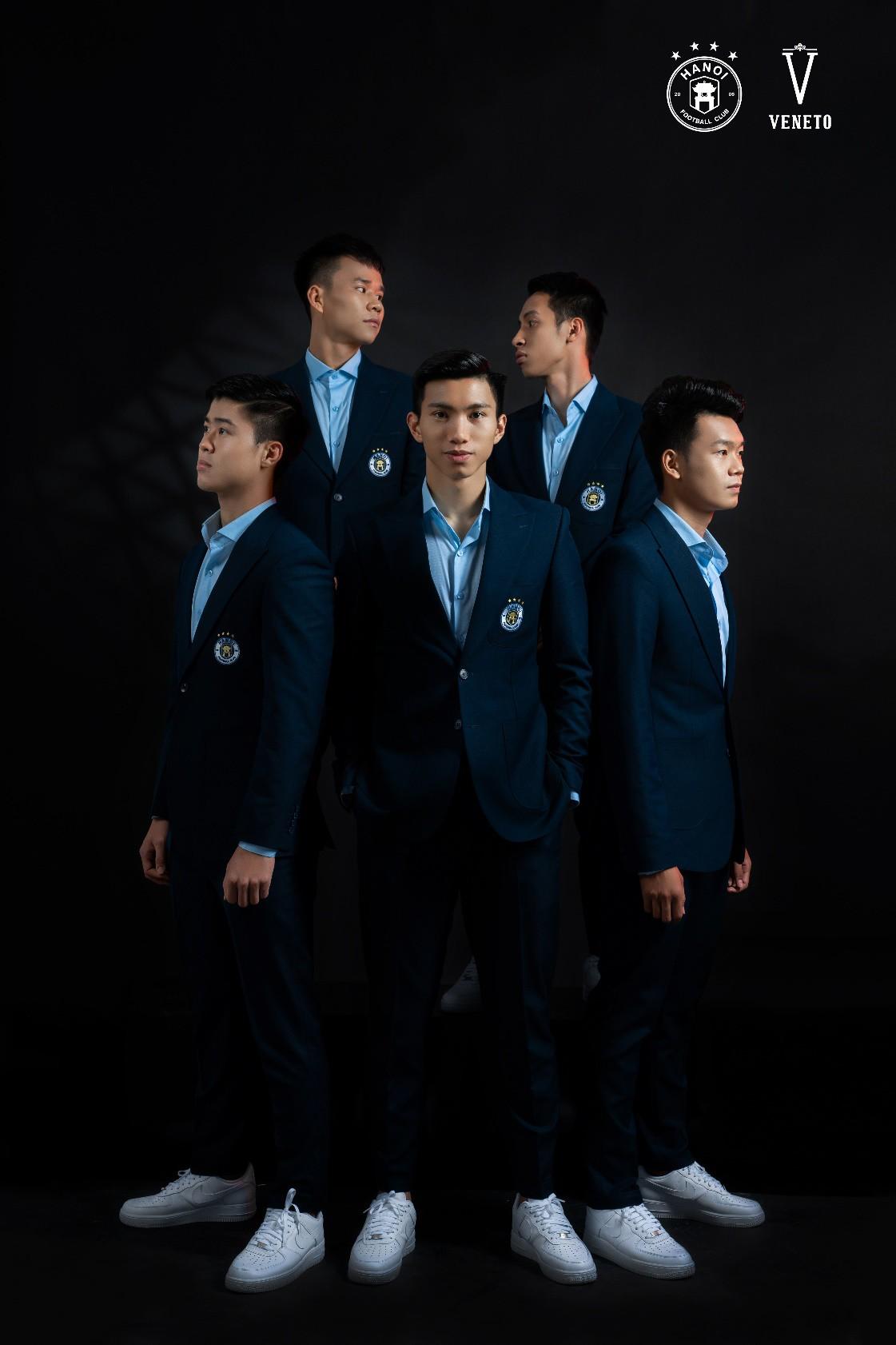 """Đâu chỉ tài năng trên sân cỏ, Quang Hải và đồng đội còn bảnh như """"nam thần"""" trong bộ veston Veneto lịch lãm - Ảnh 9."""