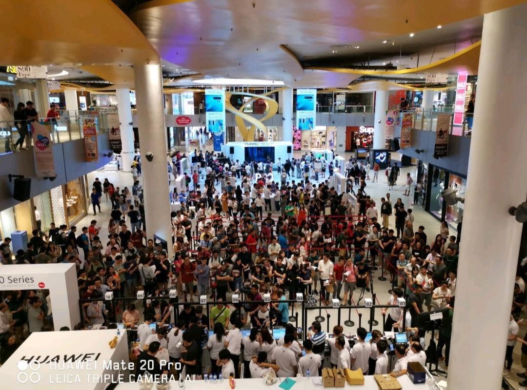 Người dân Singapore xếp hàng đông nghịt để mua Huawei P30 Series - Ảnh 1.