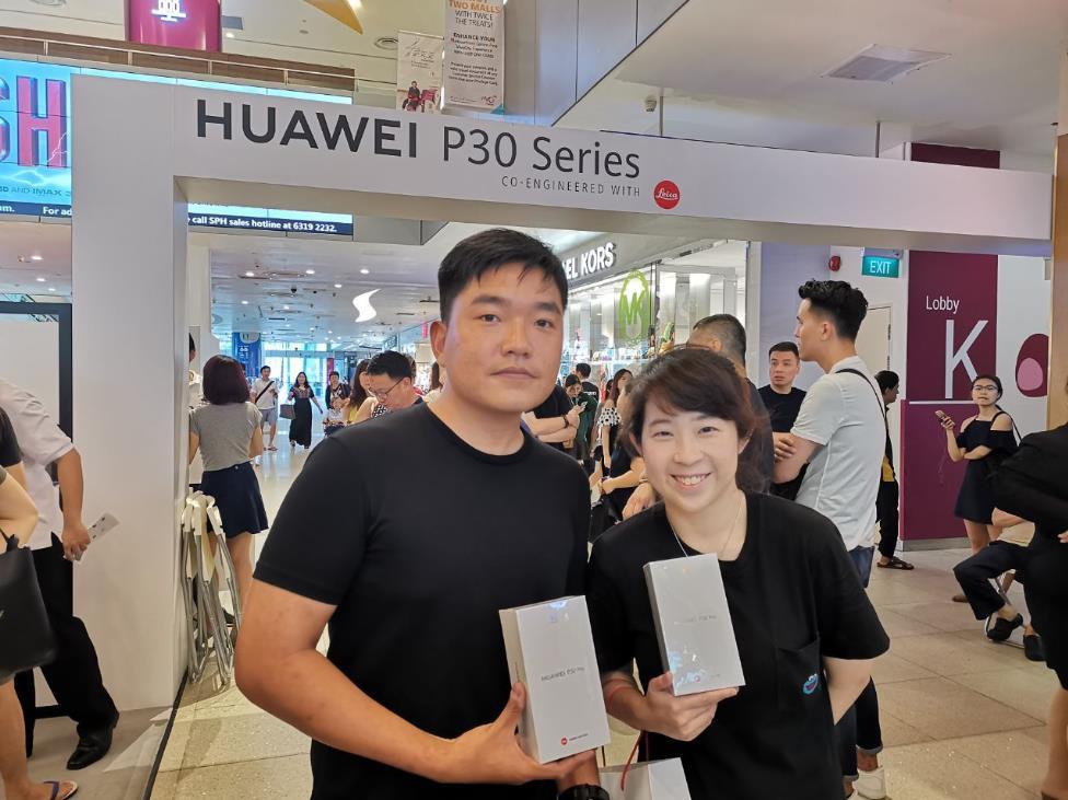 Người dân Singapore xếp hàng đông nghịt để mua Huawei P30 Series - Ảnh 3.