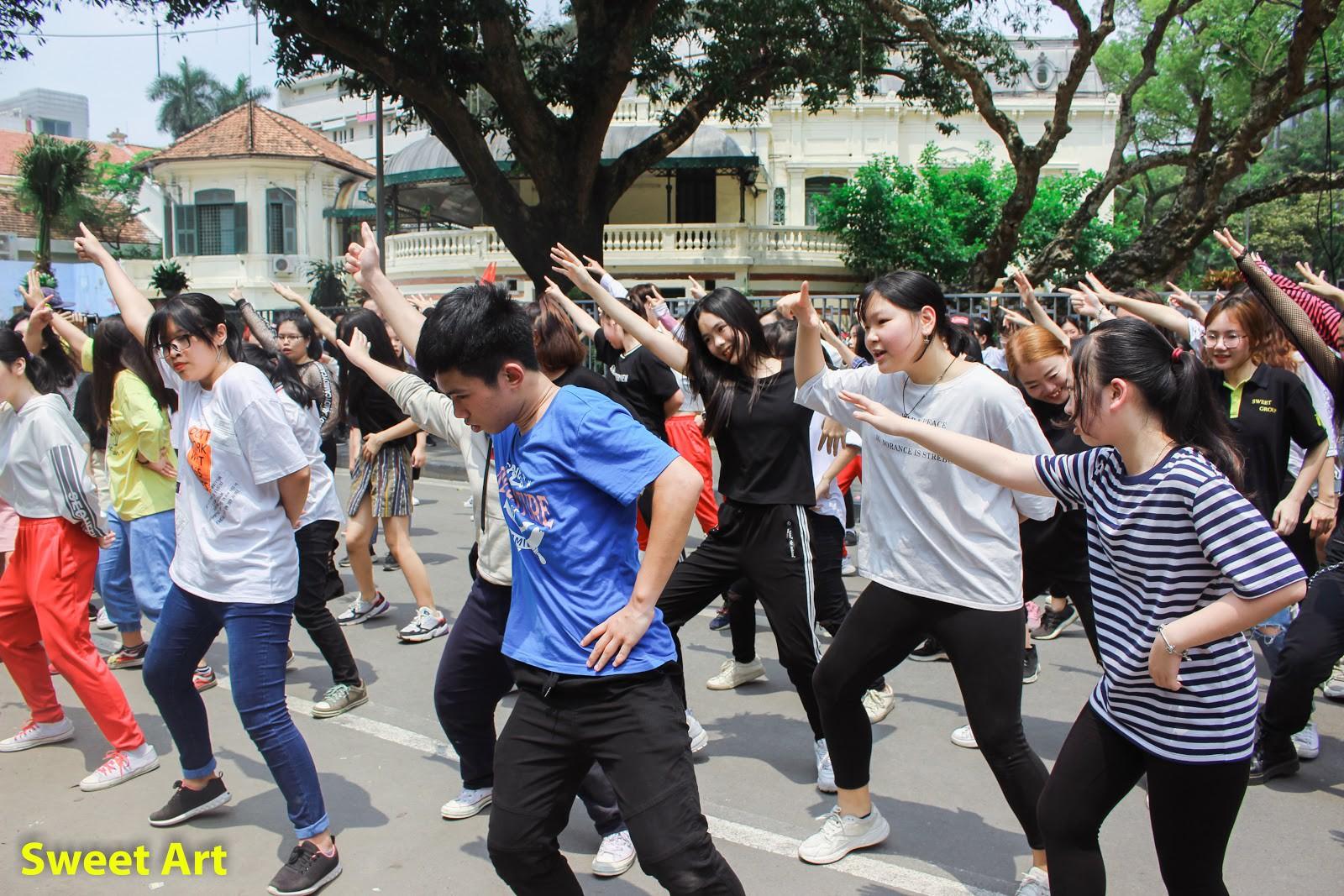 Lần đầu tổ chức offline Cover Kpop tại phố đi bộ, Sweet Art gây ấn tượng mạnh với các học viên - Ảnh 6.