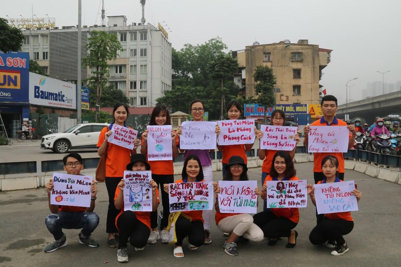 """Hà Nội: Hàng trăm sinh viên truyền thông điệp """"nói không"""" với túi nilon - Ảnh 2."""