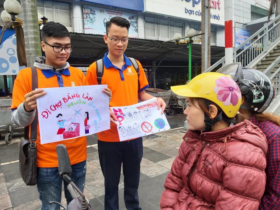 """Hà Nội: Hàng trăm sinh viên truyền thông điệp """"nói không"""" với túi nilon - Ảnh 5."""