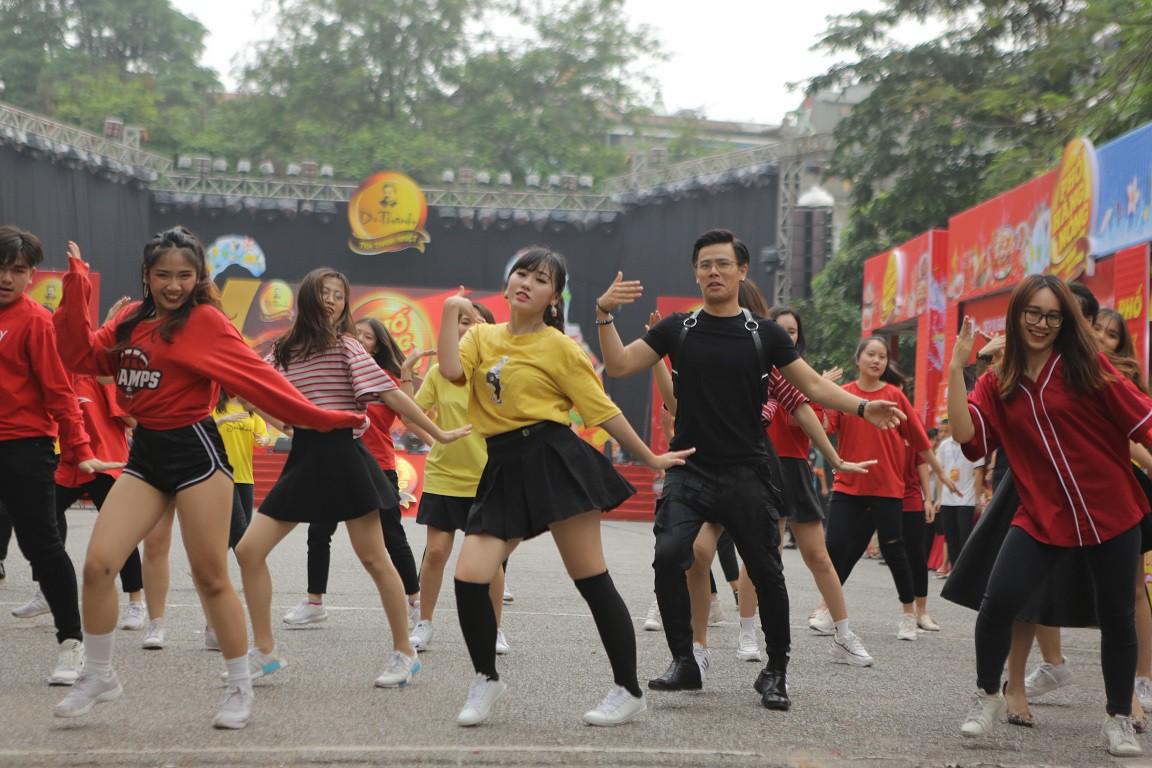 Giới trẻ Hà Nội mãn nhãn với đêm đại nhạc hội khai màn Phố Hàng Nóng - Ảnh 10.