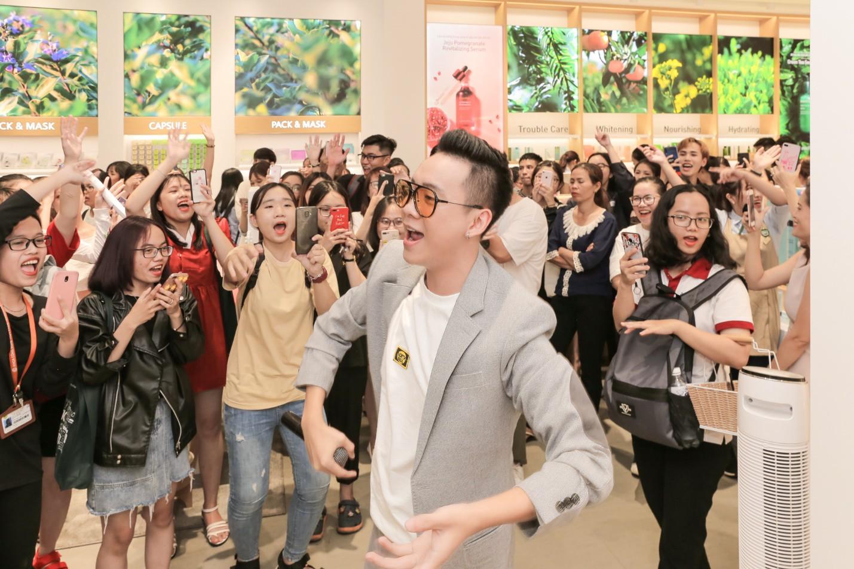 Justa Tee khuấy động khán giả với màn biểu diễn bất ngờ tại cửa hàng innisfree thứ 10 - Ảnh 1.