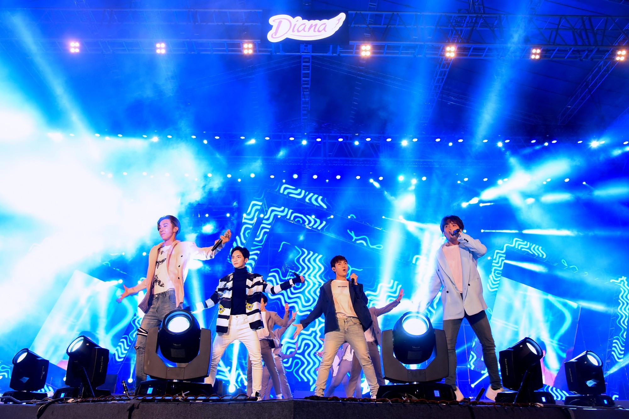 Sơn Tùng M-TP và dàn sao đình đám khuấy động Đại nhạc hội tại Cần Thơ - Ảnh 3.