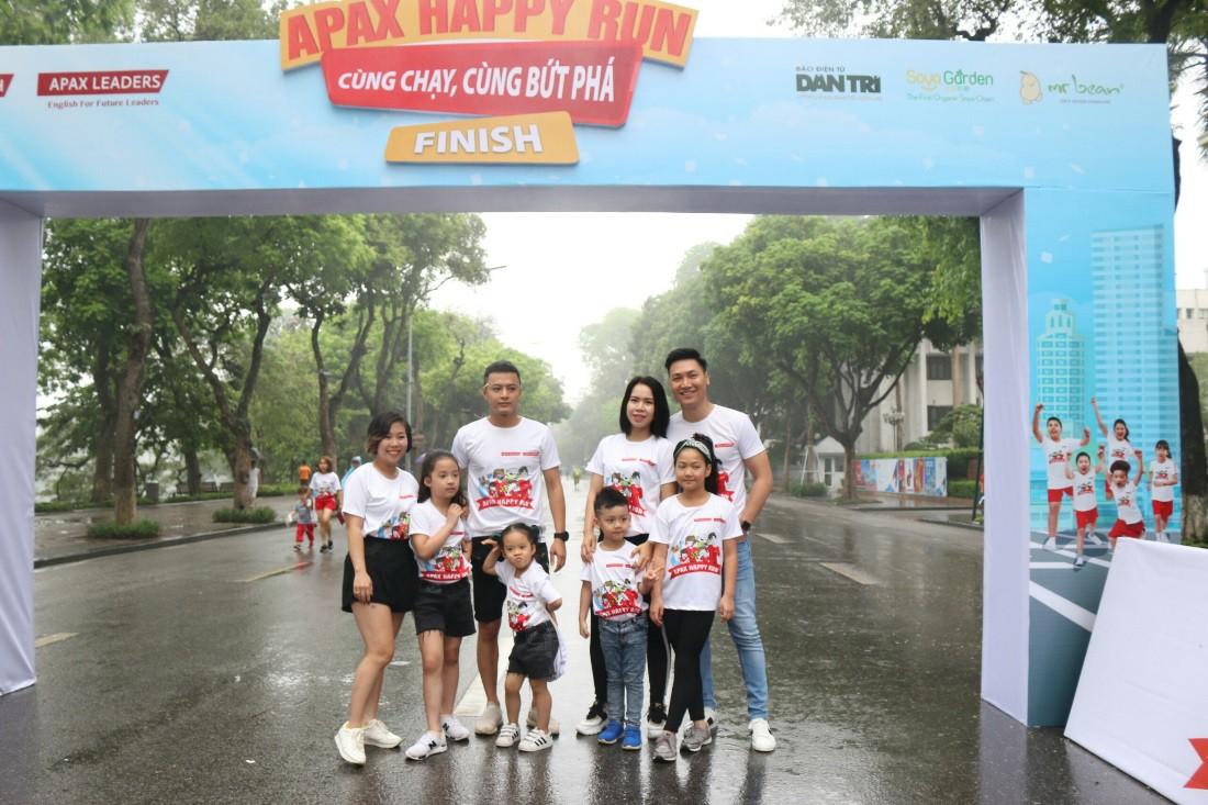 Gia đình diễn viên Mạnh Trường, Hồng Đăng hào hứng tham gia giải chạy Apax Happy Run - Đường chạy hạnh phúc - Ảnh 1.
