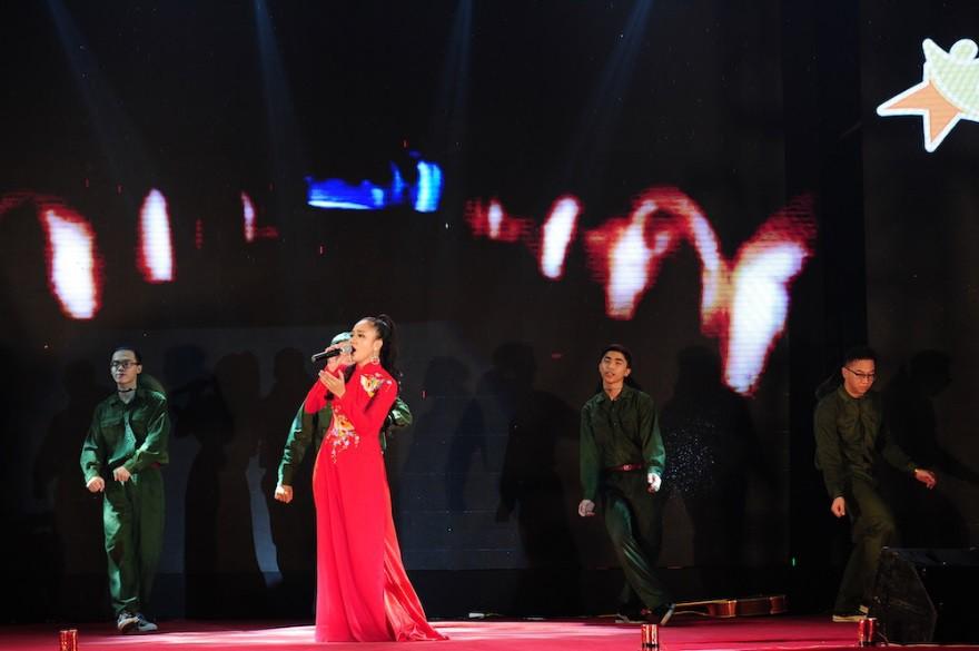 """Nữ sinh Hà Nội """"đốn tim"""" Noo Phước Thịnh giành Quán quân cuộc thi tài năng ĐH FPT - Ảnh 2."""