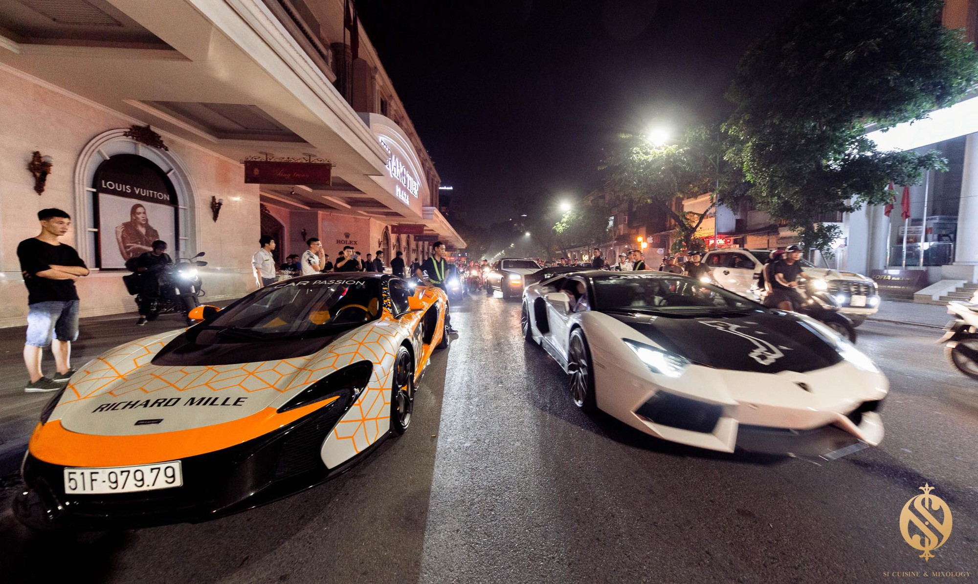 Choáng ngợp trước dàn siêu xe cực khủng trên phố Hàng Bài - Ảnh 2.