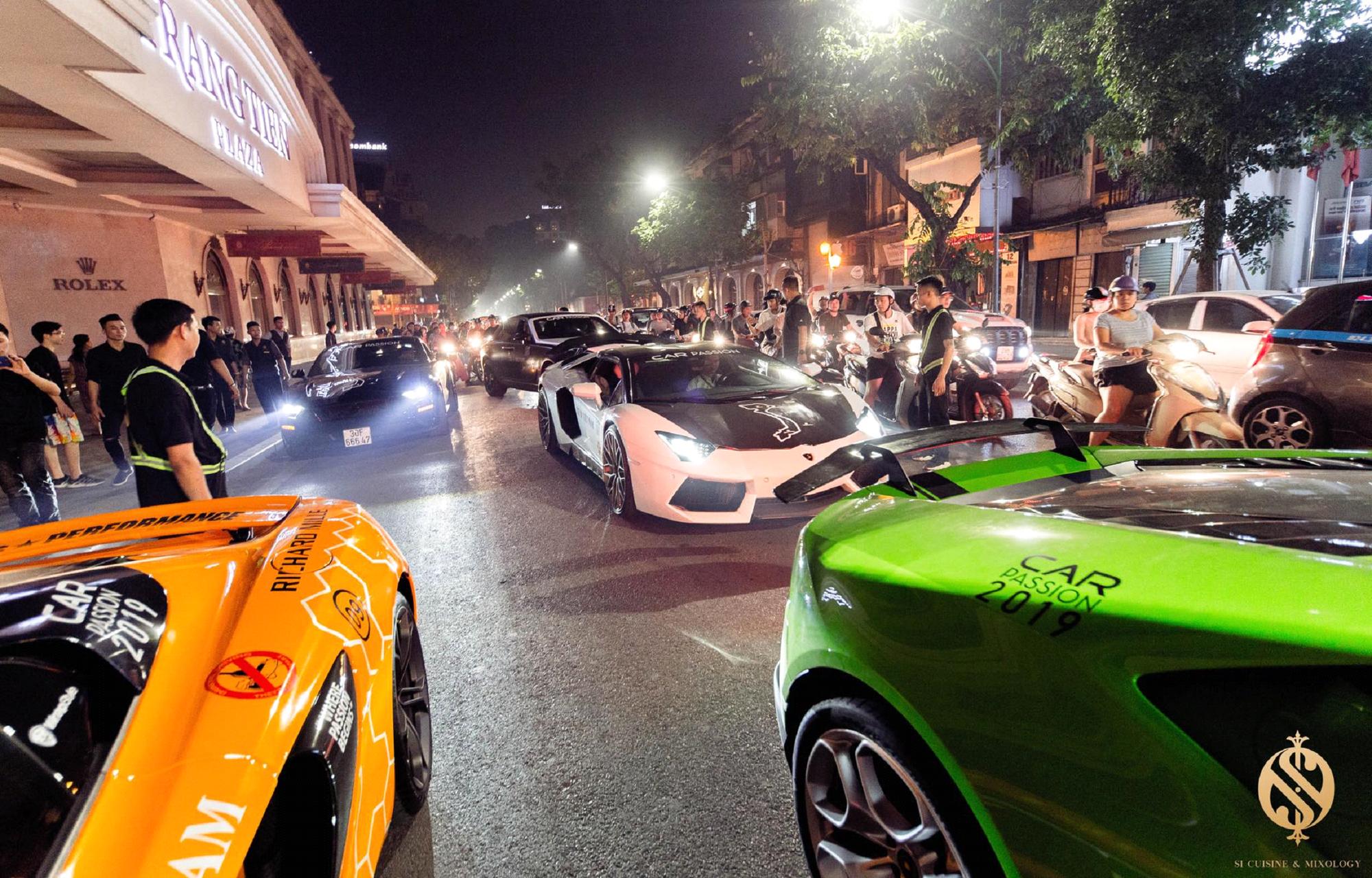 Choáng ngợp trước dàn siêu xe cực khủng trên phố Hàng Bài - Ảnh 3.