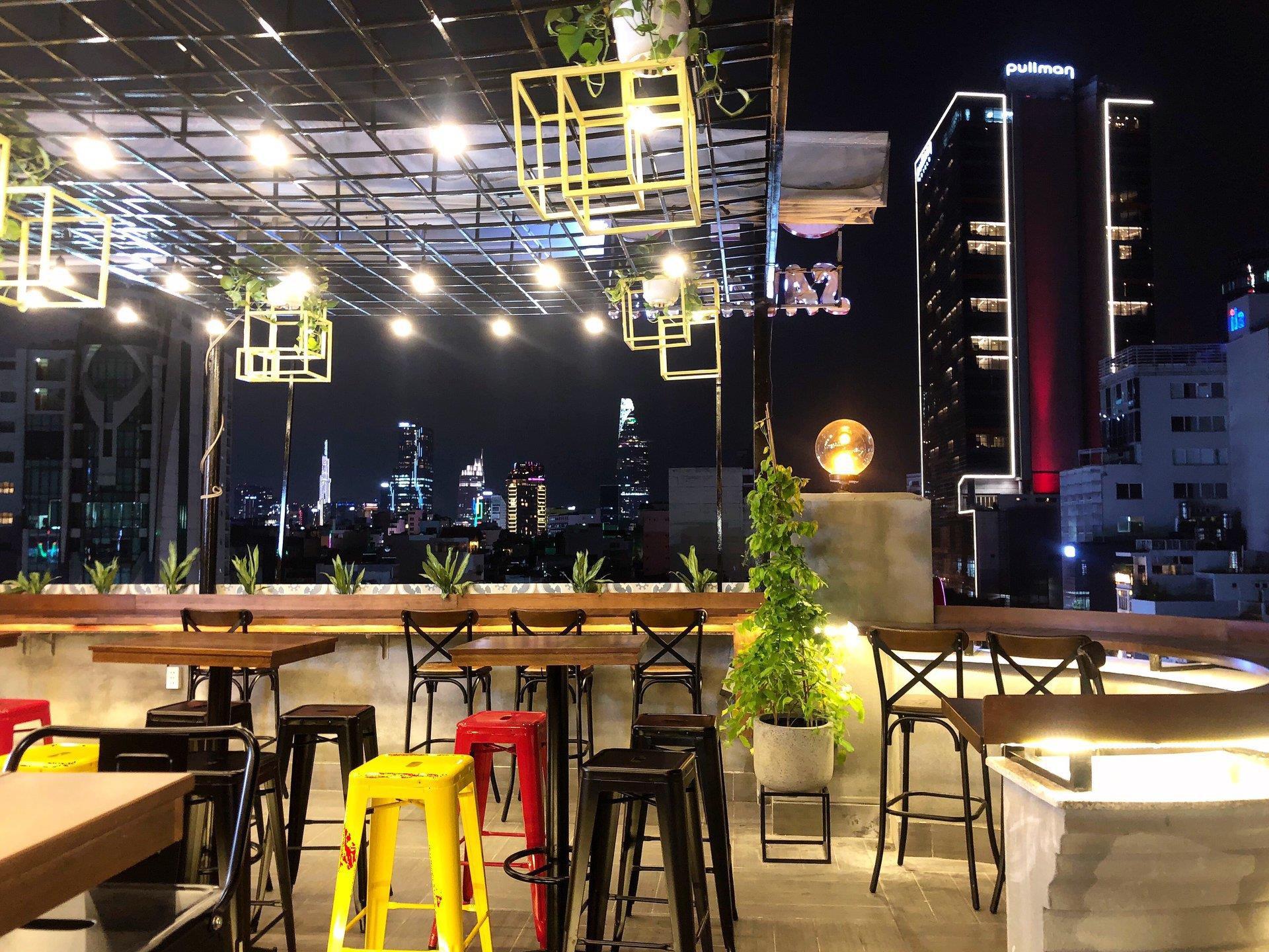 Cả thế giới thu bé lại vừa bằng một quán cà phê rooftop ngay giữa trung tâm Sài Gòn - Ảnh 2.