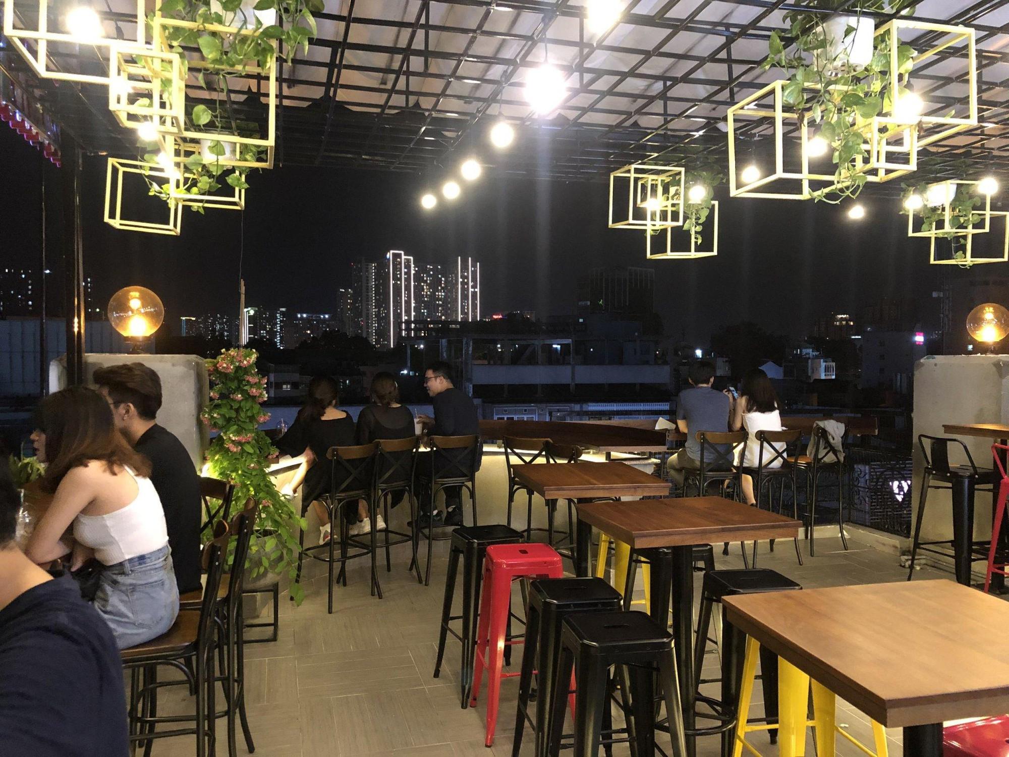Cả thế giới thu bé lại vừa bằng một quán cà phê rooftop ngay giữa trung tâm Sài Gòn - Ảnh 3.
