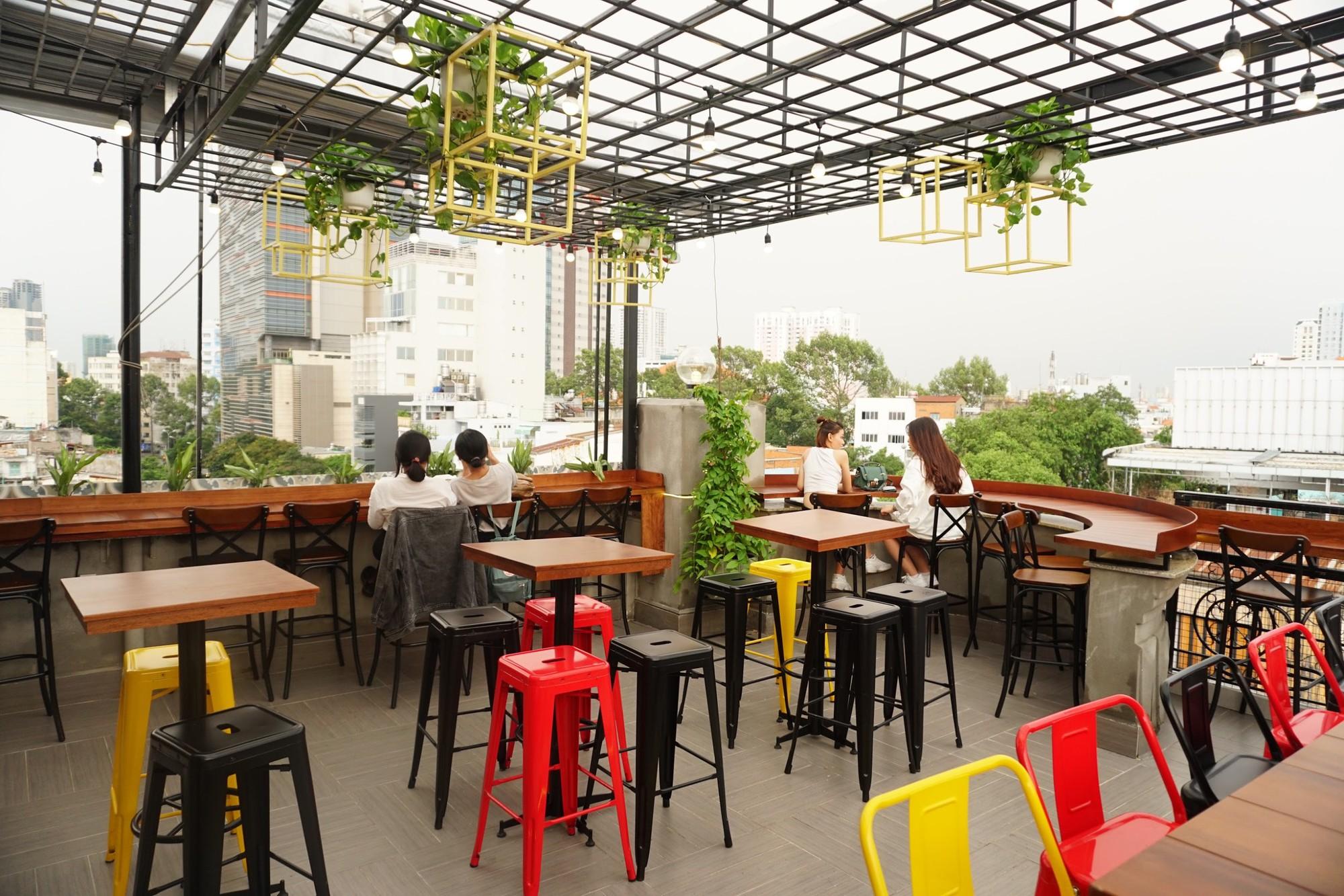 Cả thế giới thu bé lại vừa bằng một quán cà phê rooftop ngay giữa trung tâm Sài Gòn - Ảnh 5.