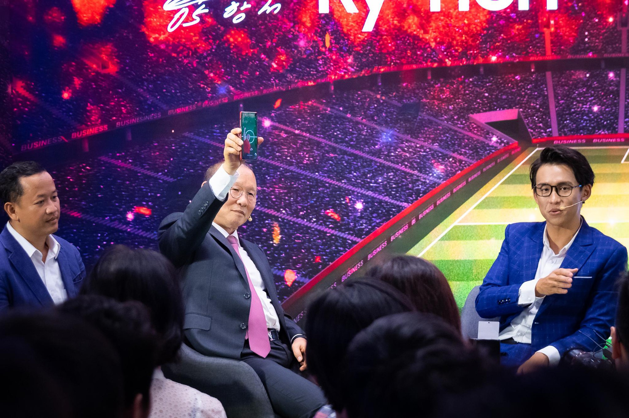 HLV Park Hang-Seo gây náo loạn Samsung Showcase trong fan-meeting riêng không thua idol nào - Ảnh 4.