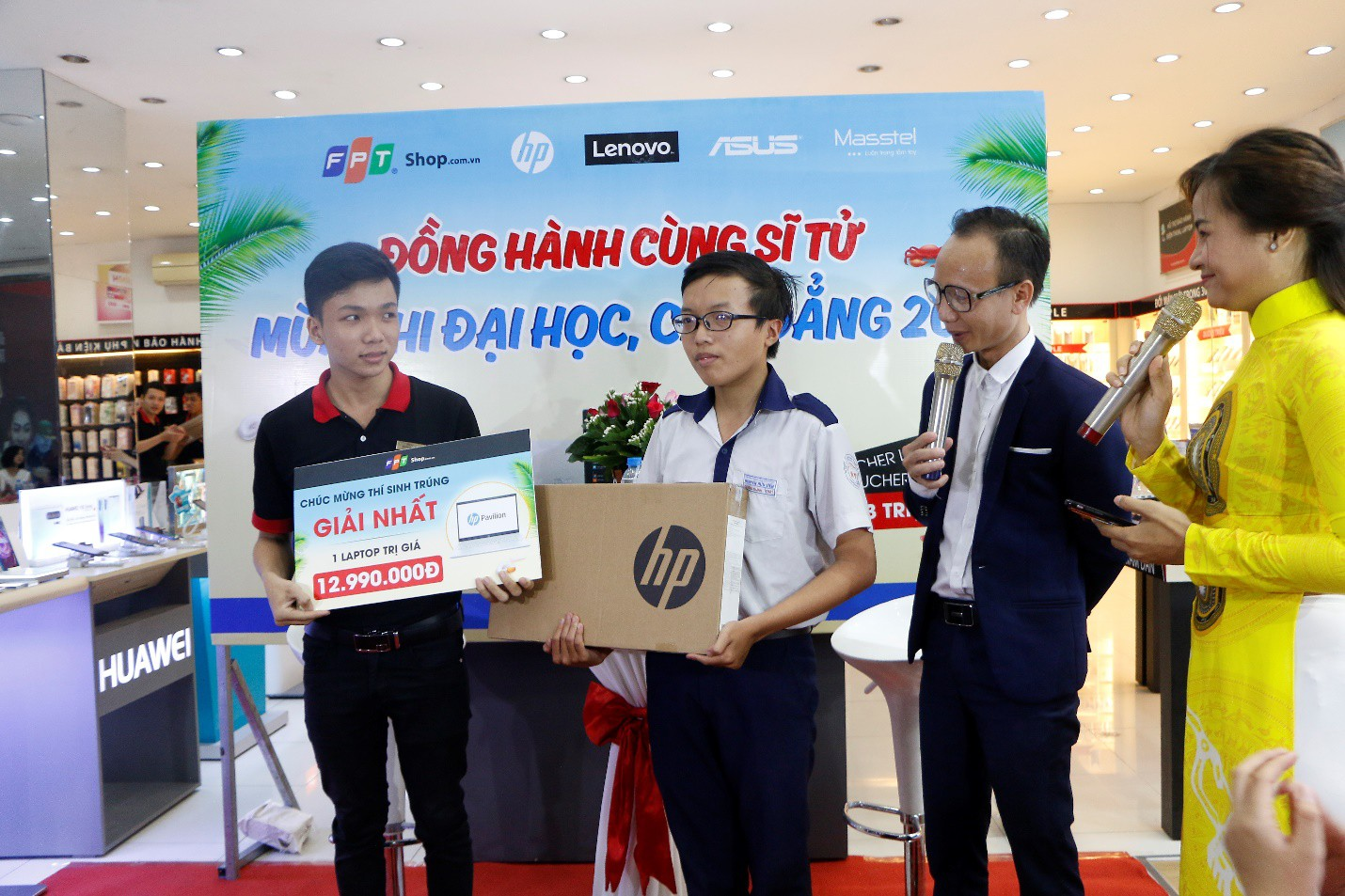 FPT Shop tặng laptop cho 2 sĩ tử may mắn trong chương trình Giảm nhiệt mùa thi - Ảnh 2.