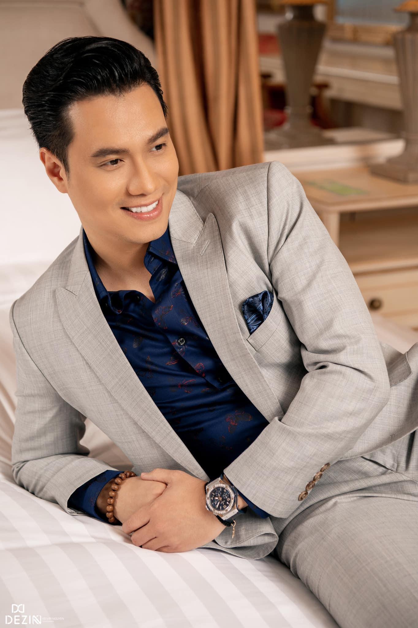 Đều mặc vest DEZI, Đông Hòa trong phim lẫn Việt Anh ngoài đời cùng khiến khán giả mê mệt với phong cách lịch lãm chuẩn soái ca - Ảnh 1.