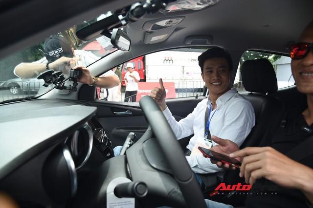 Tranh nhau lái thử VinFast Fadil: Có người đặt mua ngay sau khi trực tiếp cầm lái - Ảnh 4.