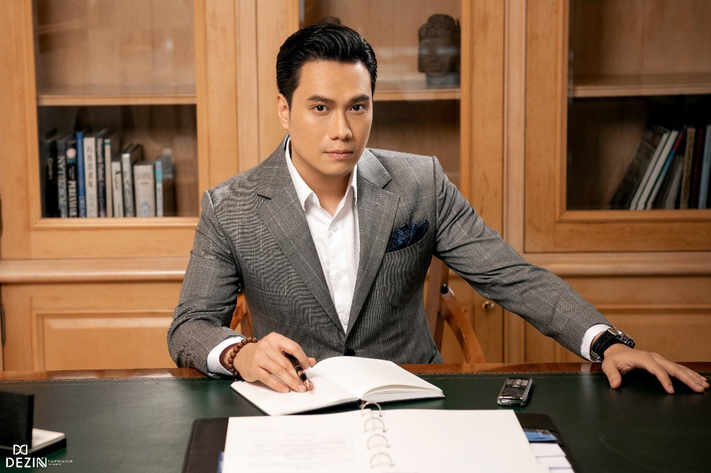 Đều mặc vest DEZI, Đông Hòa trong phim lẫn Việt Anh ngoài đời cùng khiến khán giả mê mệt với phong cách lịch lãm chuẩn soái ca - Ảnh 3.