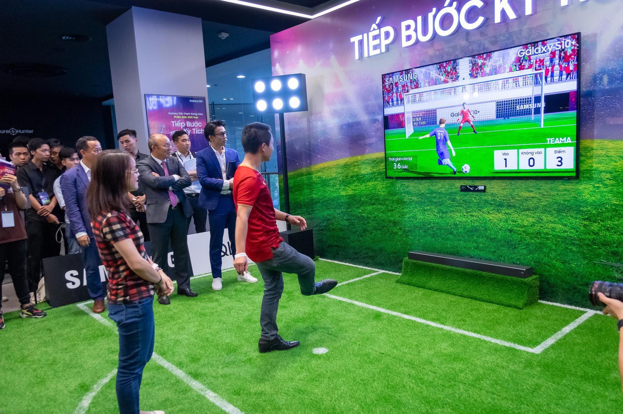 Tận mắt gặp phù thủy Park Hang-Seo, các fan còn được dịp trải nghiệm bóng đá ảo như thật - Ảnh 4.