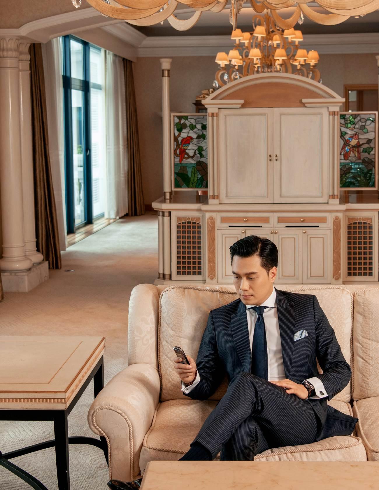 Đều mặc vest DEZI, Đông Hòa trong phim lẫn Việt Anh ngoài đời cùng khiến khán giả mê mệt với phong cách lịch lãm chuẩn soái ca - Ảnh 5.