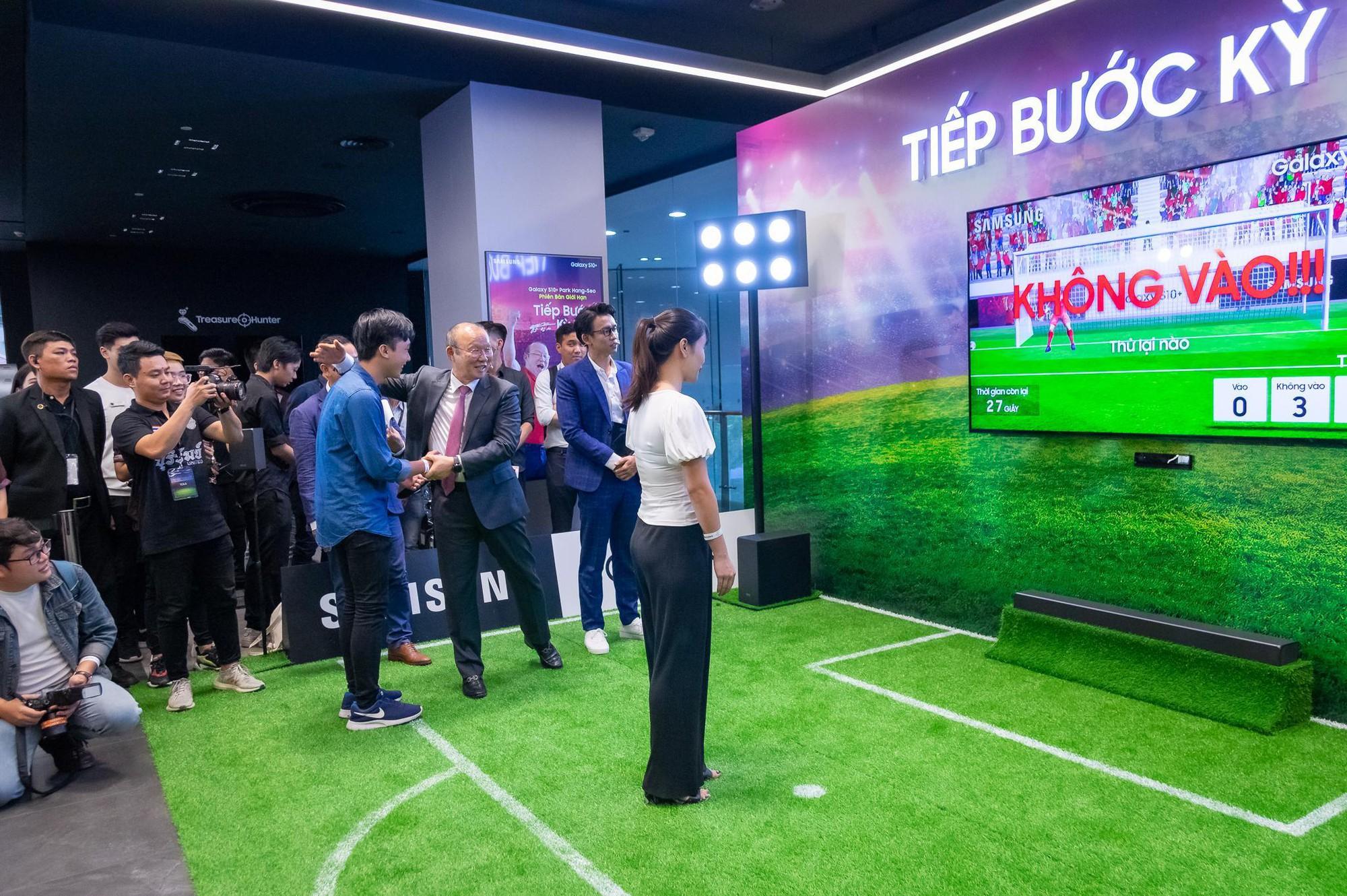 Tận mắt gặp phù thủy Park Hang-Seo, các fan còn được dịp trải nghiệm bóng đá ảo như thật - Ảnh 5.