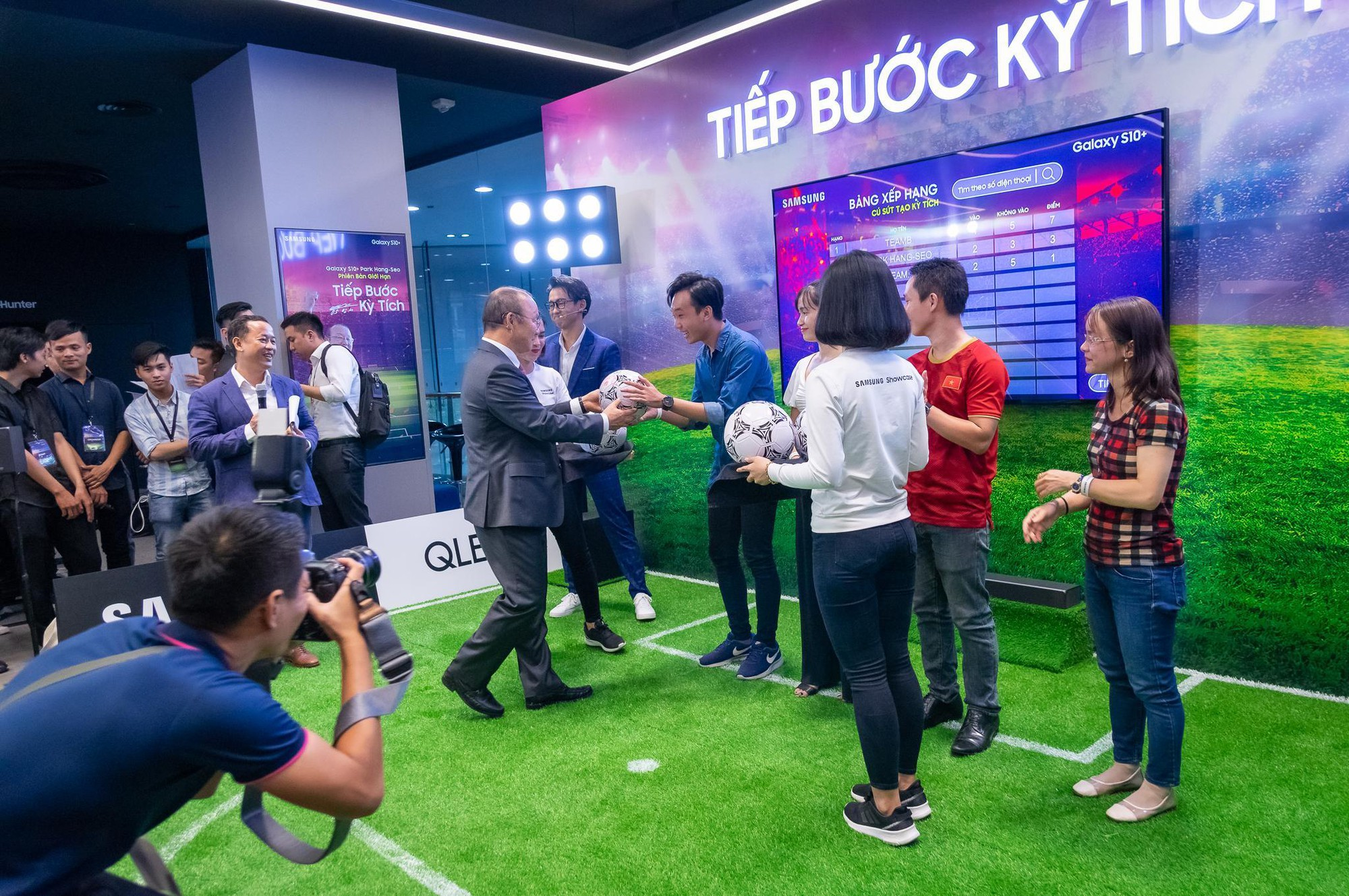 Tận mắt gặp phù thủy Park Hang-Seo, các fan còn được dịp trải nghiệm bóng đá ảo như thật - Ảnh 7.