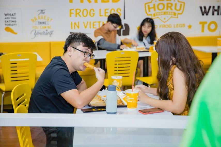 """Giới trẻ Sài thành """"phát sốt"""" với đùi ếch rán HORU - Ảnh 7."""