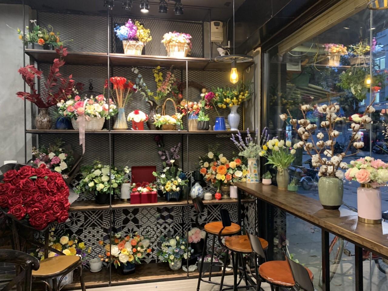 Khám phá tiệm hoa cafe đẹp như mơ trong lòng Hà Nội - Ảnh 1.