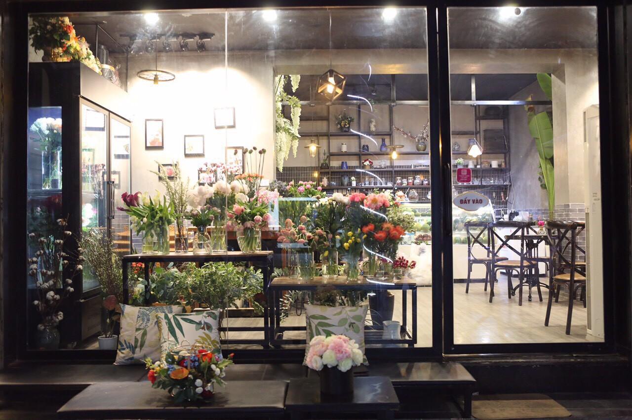 Khám phá tiệm hoa cafe đẹp như mơ trong lòng Hà Nội - Ảnh 2.