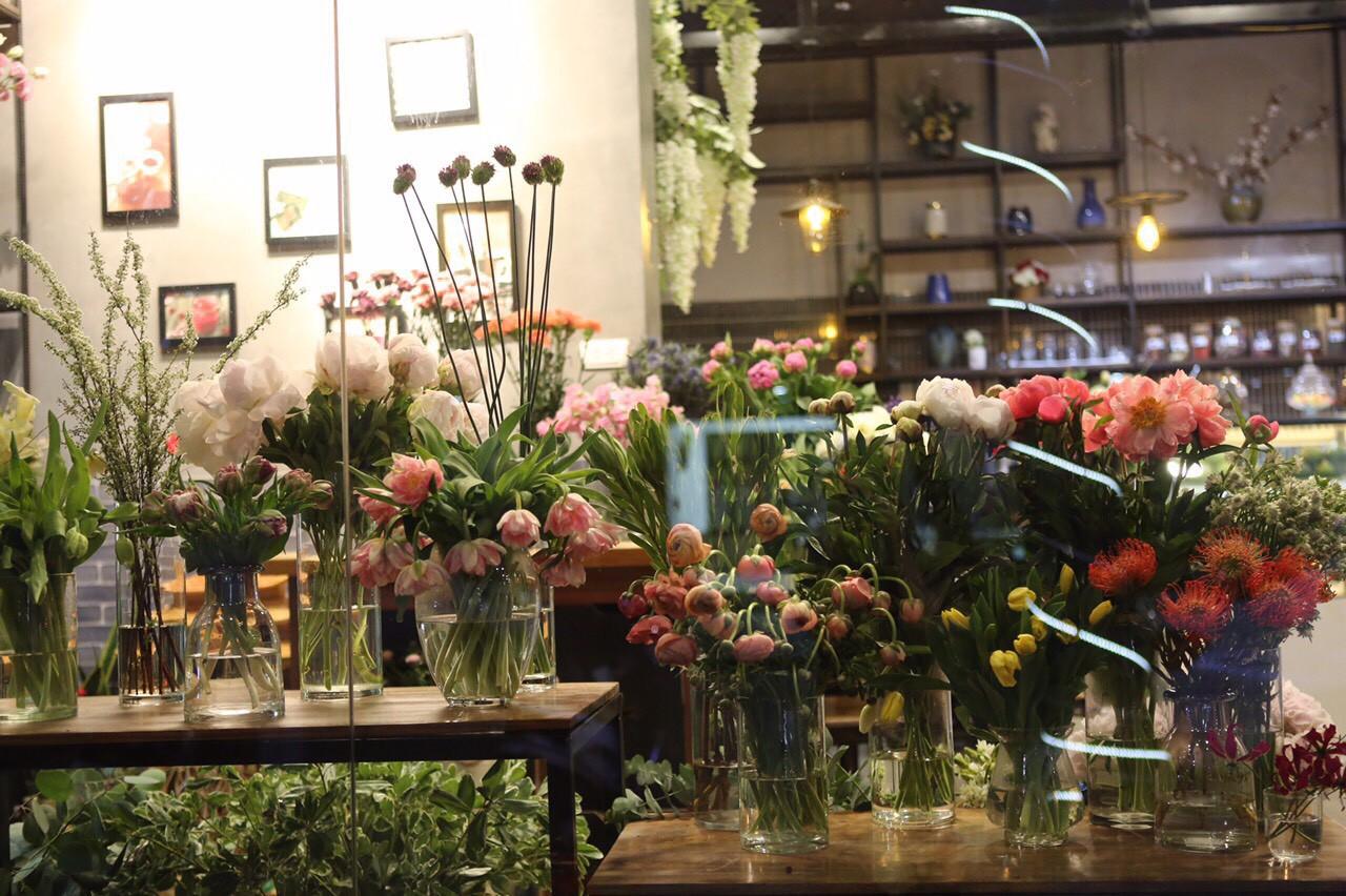Khám phá tiệm hoa cafe đẹp như mơ trong lòng Hà Nội - Ảnh 4.