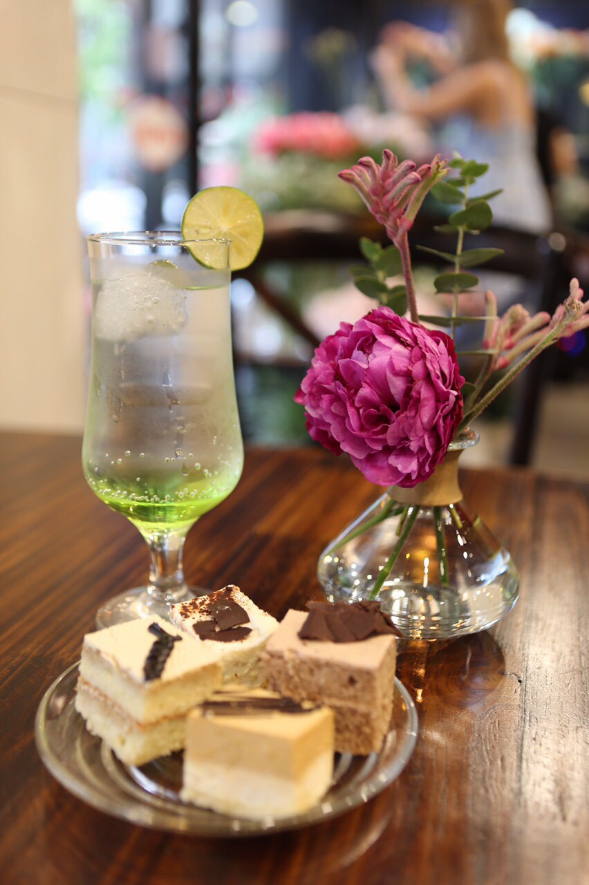 Khám phá tiệm hoa cafe đẹp như mơ trong lòng Hà Nội - Ảnh 6.