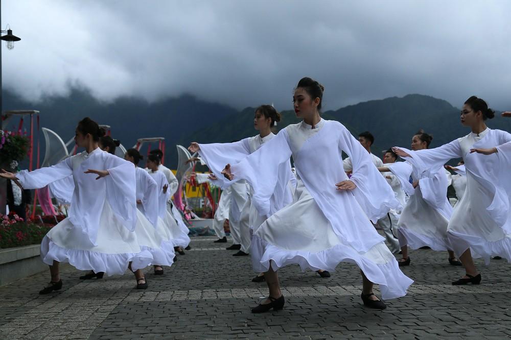 """Sau Vũ hội Ánh Dương, """"phù thủy sân khấu"""" Phạm Hoàng Nam tiếp tục mang tới đỉnh Fansipan Vũ điệu trên mây - Ảnh 7."""