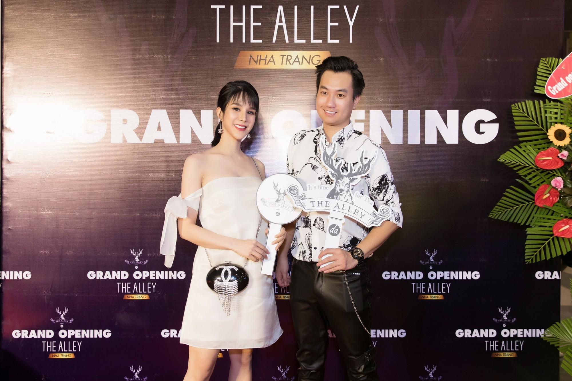 Bà bầu Diệp Lâm Anh tươi tắn đọ sắc với Chi Pu tại sự kiện khai trương The Alley Nha Trang - Ảnh 8.