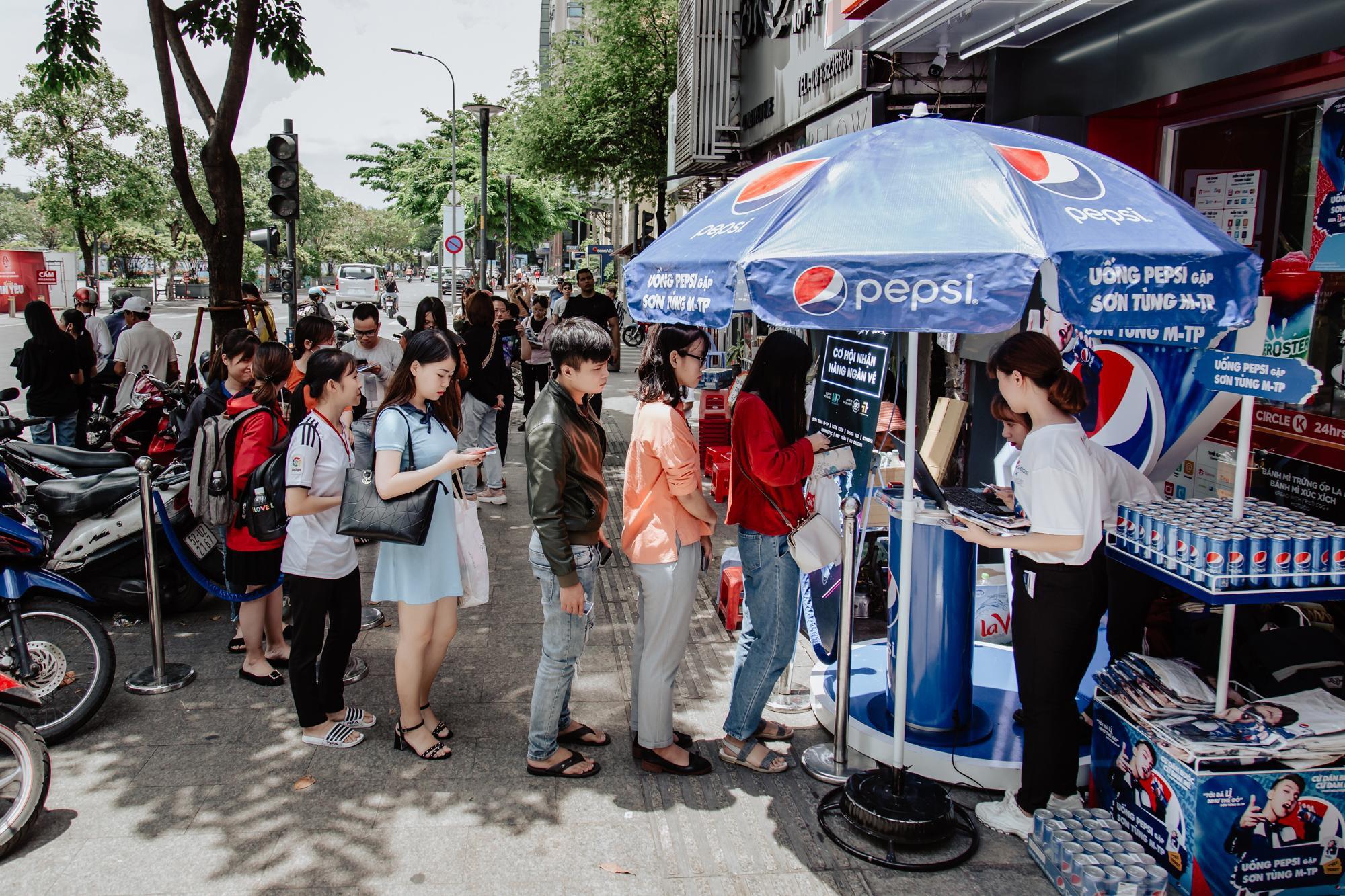 Mặc trời nắng oi ả, hàng trăm bạn trẻ Sài thành kiên nhẫn xếp hàng đổi vé Sky Tour - Ảnh 1.