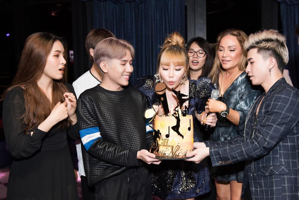 Danh ca Thanh Hà cùng bạn trai góp mặt trong tiệc sinh nhật trò cưng Châu Nhi - Ảnh 11.