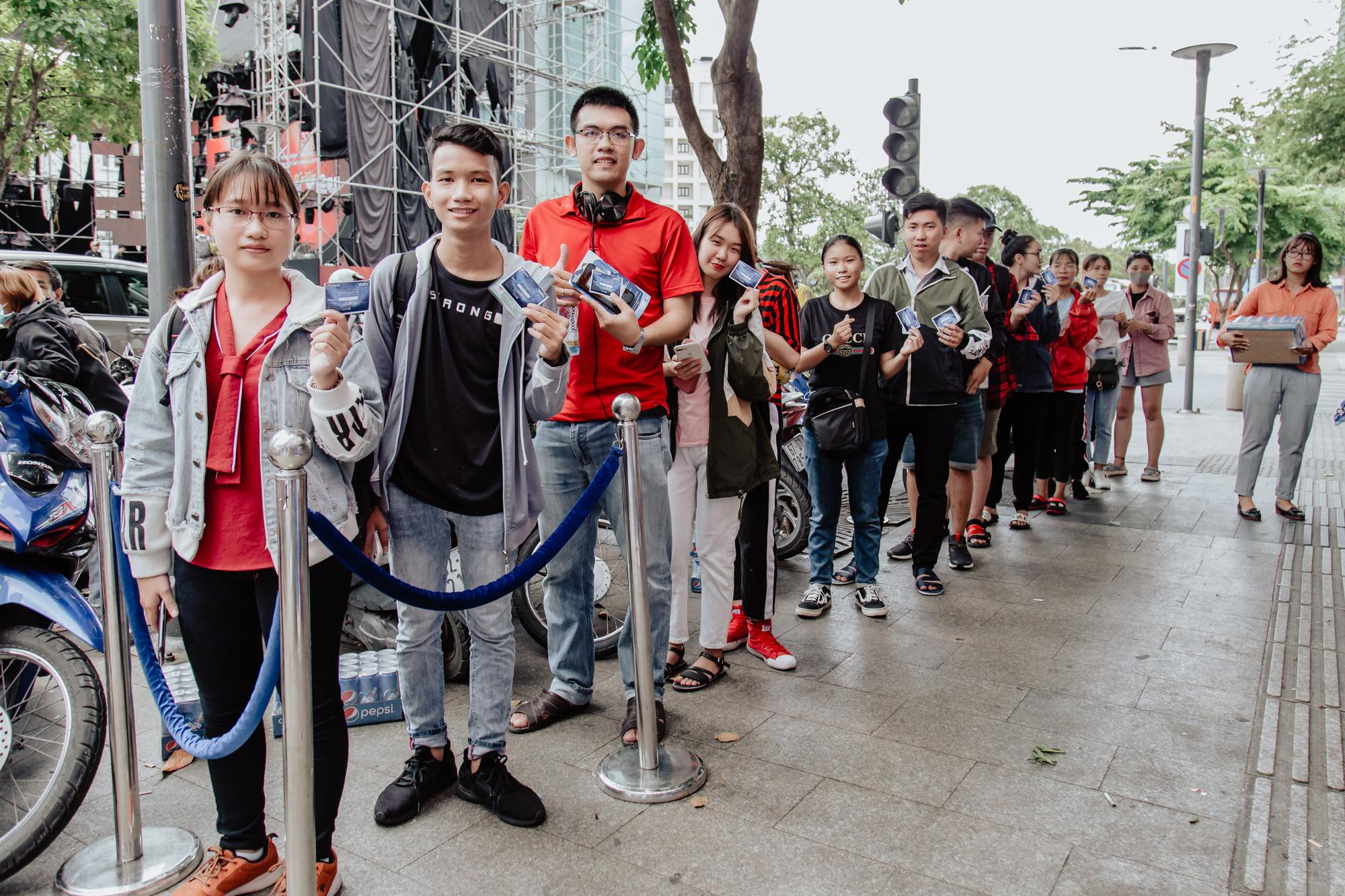 Mặc trời nắng oi ả, hàng trăm bạn trẻ Sài thành kiên nhẫn xếp hàng đổi vé Sky Tour - Ảnh 7.