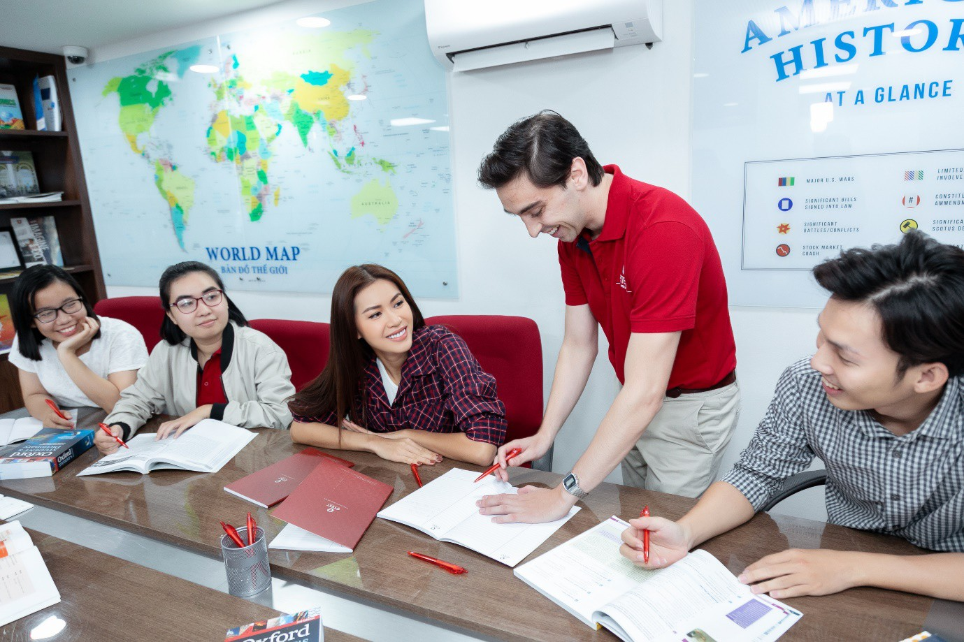 Minh Tú nói tiếng Anh ngày càng hoàn thiện, đây là nơi giúp cô trau dồi kỹ năng ngoại ngữ của mình! - Ảnh 2.