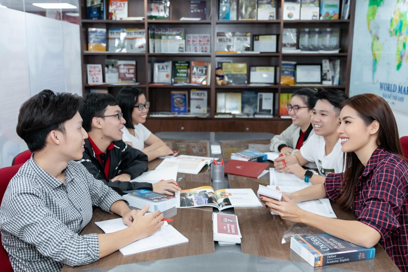 Minh Tú nói tiếng Anh ngày càng hoàn thiện, đây là nơi giúp cô trau dồi kỹ năng ngoại ngữ của mình! - Ảnh 3.