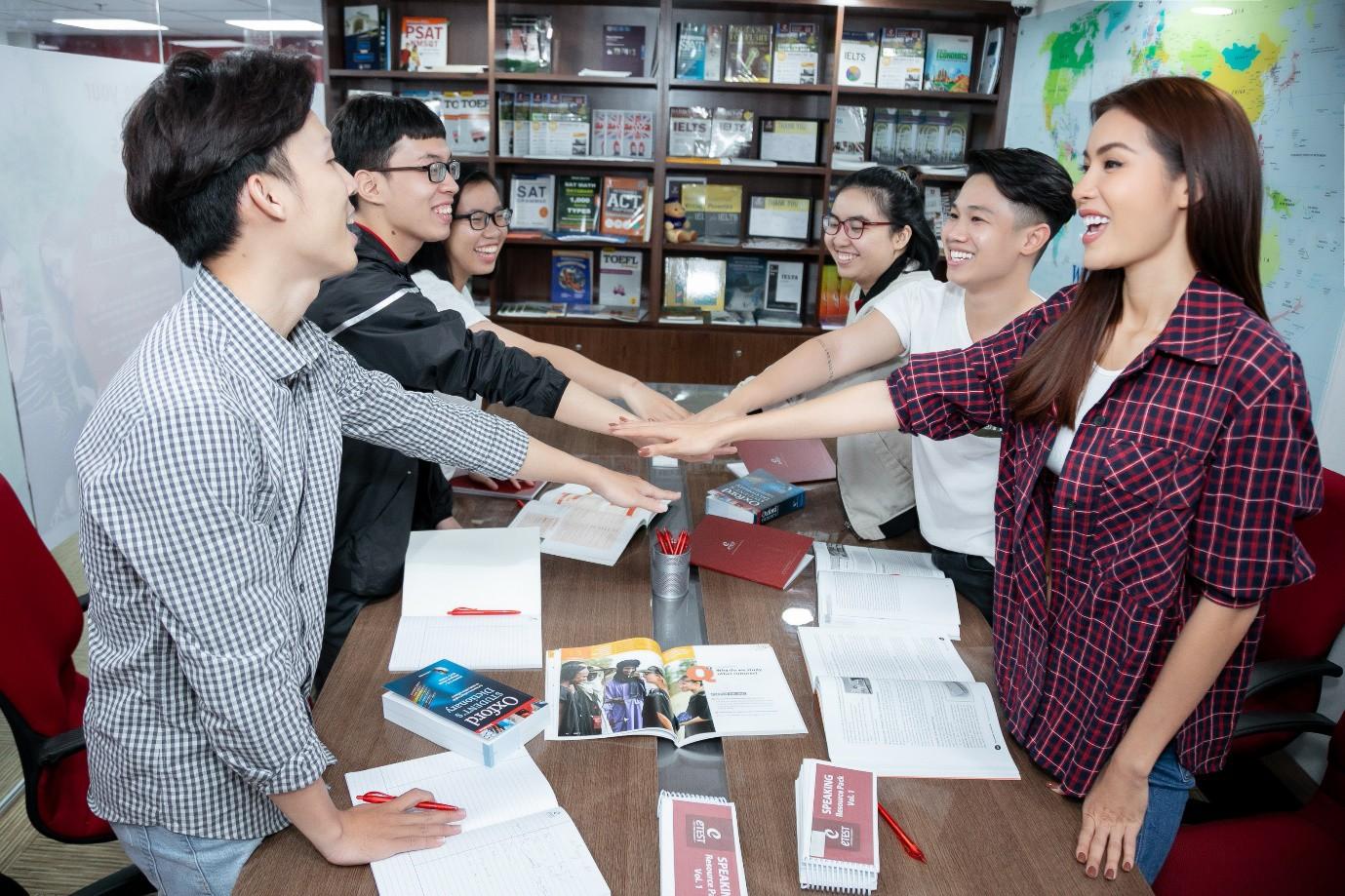Minh Tú nói tiếng Anh ngày càng hoàn thiện, đây là nơi giúp cô trau dồi kỹ năng ngoại ngữ của mình! - Ảnh 5.