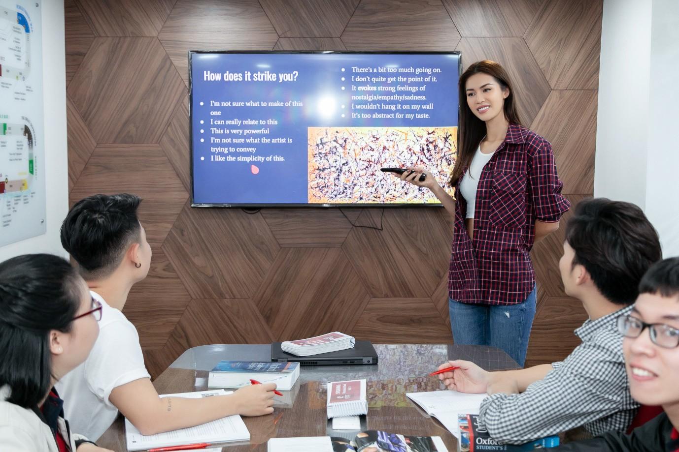 Minh Tú nói tiếng Anh ngày càng hoàn thiện, đây là nơi giúp cô trau dồi kỹ năng ngoại ngữ của mình! - Ảnh 7.
