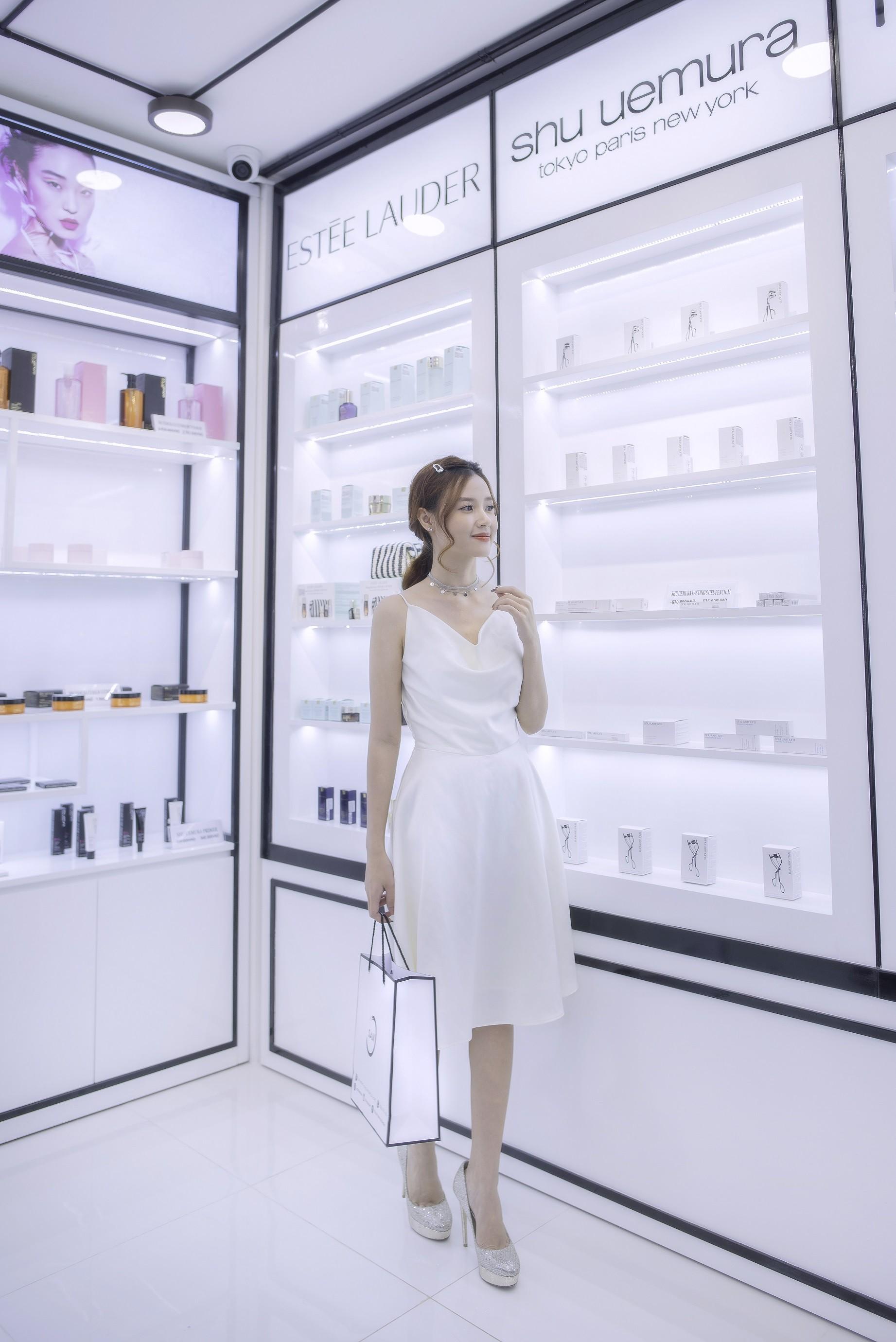 Theo chân Midu, Suni khám phá thiên đường mỹ phẩm, nước hoa SAM beauty - Ảnh 4.