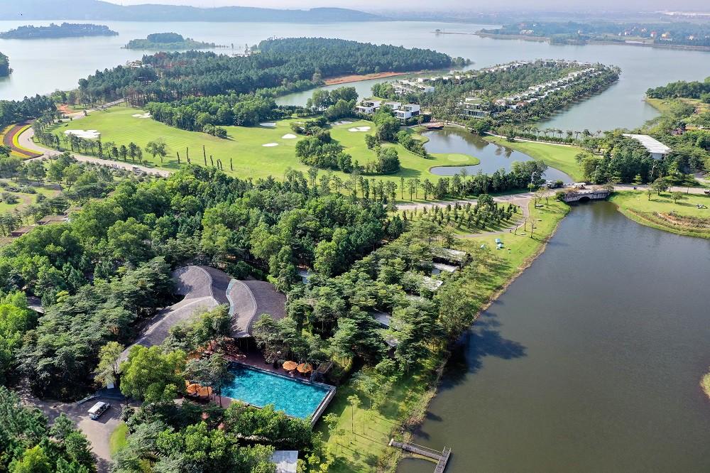 """""""Về Nhà Đi Con"""" ngoại truyện: Thư – Vũ rủ nhau đi trốn tại resort siêu xanh ngay gần Hà Nội - Ảnh 1."""