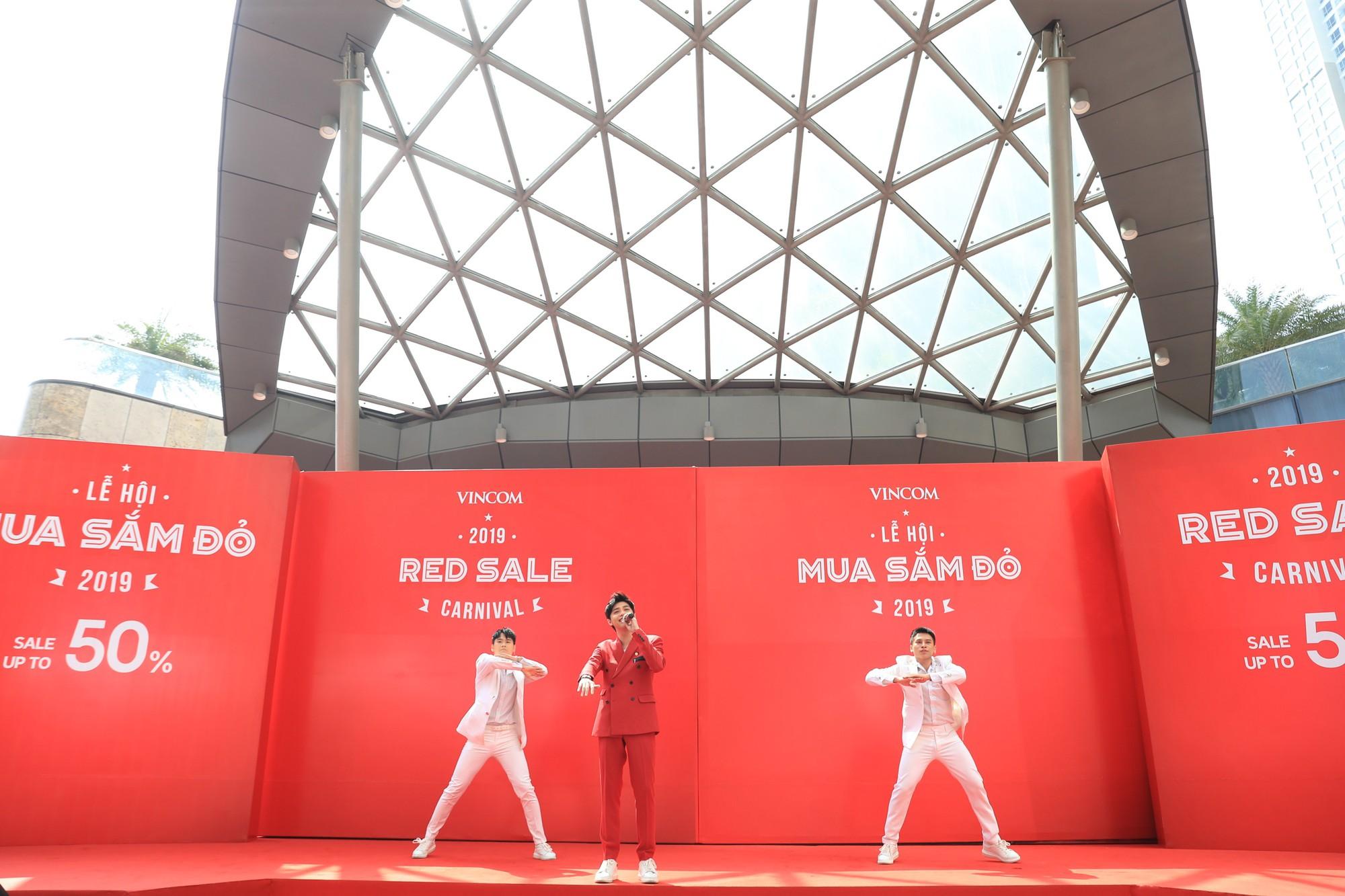 Noo Phước Thịnh điển trai, khuấy động lễ khai mạc Vincom Red Sale Carnival 2019 - Ảnh 1.