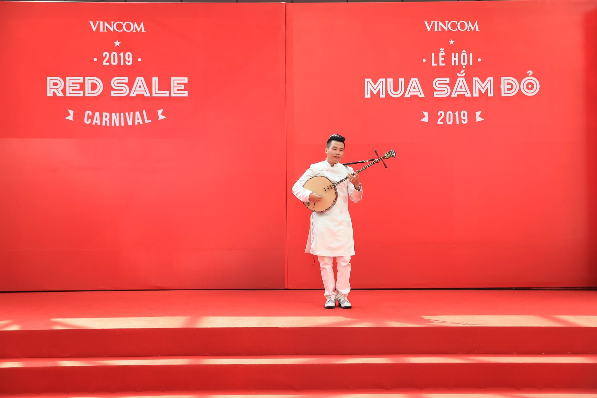 Noo Phước Thịnh điển trai, khuấy động lễ khai mạc Vincom Red Sale Carnival 2019 - Ảnh 5.