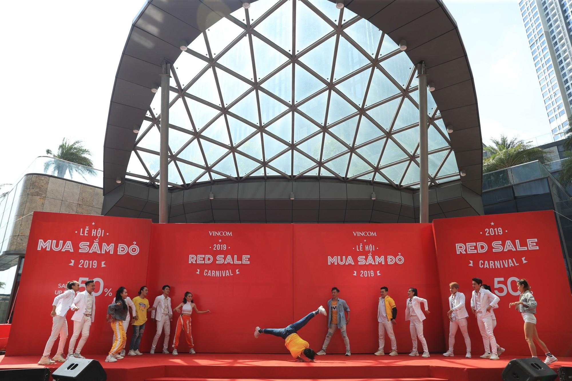 Noo Phước Thịnh điển trai, khuấy động lễ khai mạc Vincom Red Sale Carnival 2019 - Ảnh 6.