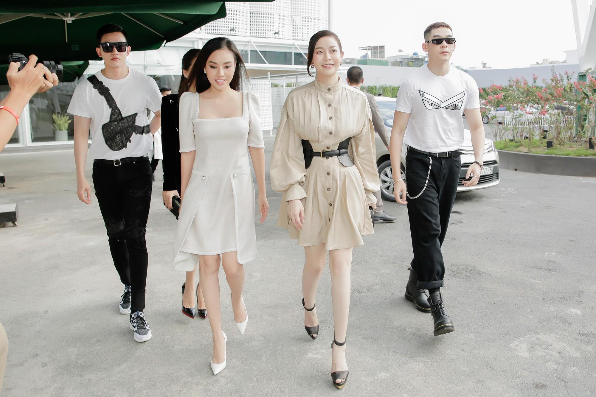 Hoa hậu Hải Dương được mỹ nam Minh Trung - Võ Cảnh tháp tùng, mua hơn nửa BST mới khi dự show của Chung Thanh Phong - Ảnh 2.