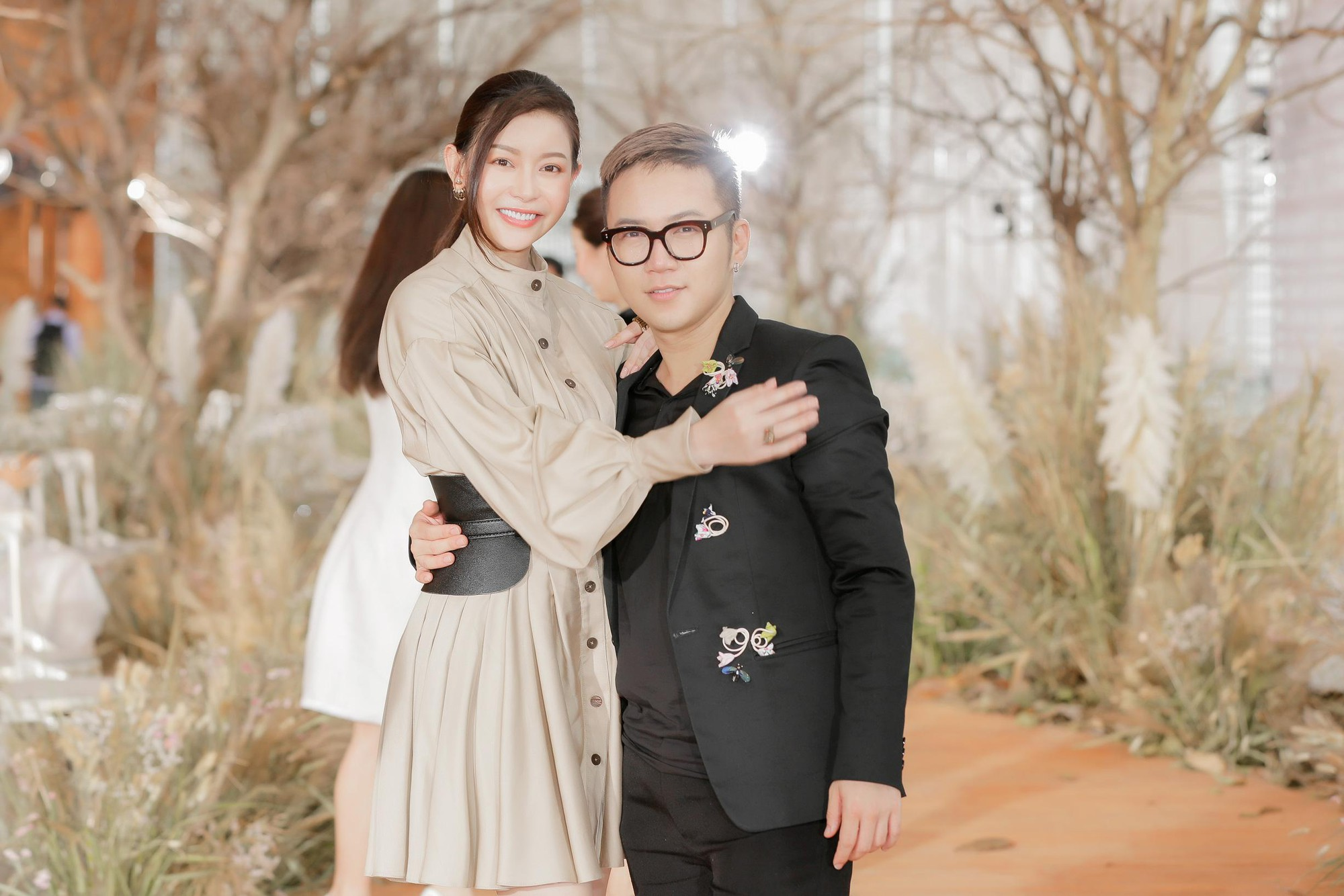 Hoa hậu Hải Dương được mỹ nam Minh Trung - Võ Cảnh tháp tùng, mua hơn nửa BST mới khi dự show của Chung Thanh Phong - Ảnh 6.